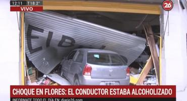 Auto se incrustó en local: chocó y escapaba para no dar los datos, estaba alcoholizado
